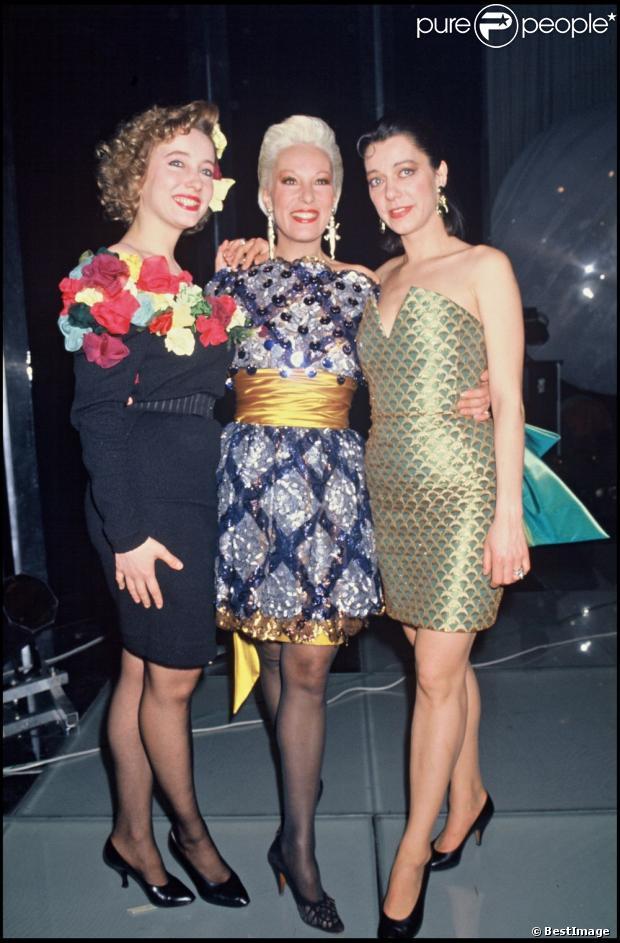 Pauline et Elisabeth Lafont entourant leur mère Bernadette Lafont  en 1987