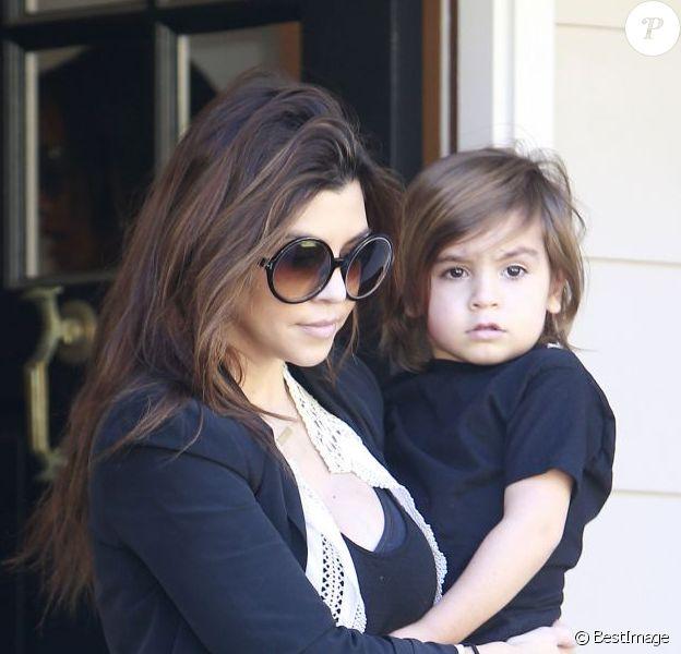 Kourtney Kardashian quitte un cours de musique pour enfants avec son fils Mason dans les bras. Los Angeles, le 17 janvier 2013.