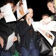 Miranda Kerr signe des autographes à quelques fans lorsqu'elle arrive à l'aéroport de Los Angeles le 18 janvier 2013