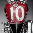 Wayne Rooney a mis aux enchères une moto customisée avec le grand   Lauge Jensen qui sera vendue le 20 février prochain au profit de l'association KidsAid, et dont un maillot dédicacé orne le réservoir d'essence