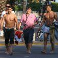 Thomas Vergara (Secret Story 6), Samir (L'île des Vérités) et l'ange anonyme sur le tournage de la cinquième saison des Anges de la Télé-Réalité sur une plage à Miami, le 22 janvier 2013.