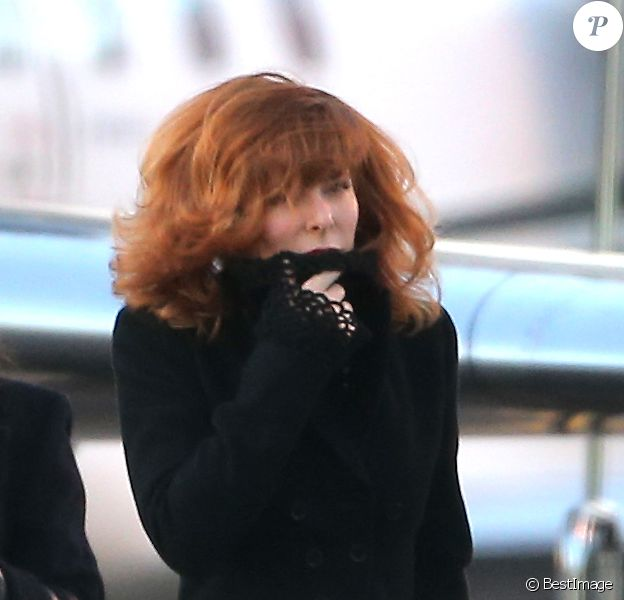 Mylène Farmer et son staff arrivent en jet privé à l'aéroport de Cannes-Mandelieu pour assister aux NRJ Music Awards, le 25 janvier 2013.