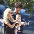 La jolie Kimberly Stewart et Benicio Del Toro, en promenade avec leur fille Delilah, à Los Angeles, le 25 août 2012.