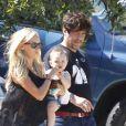 Kimberly Stewart et l'acteur Benicio Del Toro, en promenade avec leur fille Delilah, à Los Angeles, le 25 août 2012.