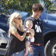 Kimberly Stewart et Benicio Del Toro, sont en promenade avec leur fille Delilah, à Los Angeles, le 25 août 2012.