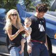 Kimberly Stewart et Benicio Del Toro, en promenade avec leur fille Delilah, à Los Angeles, le 25 août 2012.