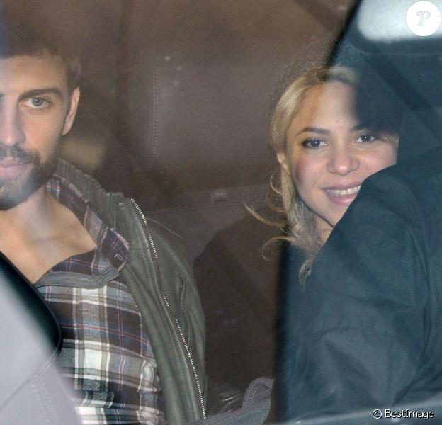 Les stars Shakira et Gerard Piqué quittent la maternité de la clinique Teknon de Barcelone pour rentrer chez eux avec leur fils Milan, le 27 Janvier 2013.