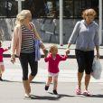 """""""Mirka Federer et ses filles Myla Rose et Charlene Riva profitent du soleil de Melbourne pour faire quelques courses le 27 janvier 2013 avec leurs nounous"""""""