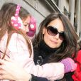 Katie Holmes arrive à Broadway avec sa fille Suri pour une représentation de Dead Accounts au Music Box Theatre, le 2 janvier 2013.