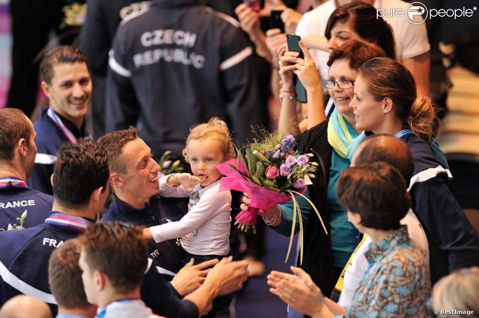 Laure manaudou avec sa fille manon felicite son compagnon frederick bousquet vainqueur du - Compagnon de laure manaudou ...