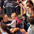 Laure Manaudou avec sa fille Manon felicite son compagnon Frederick Bousquet, vainqueur du relais masculin 4x50m 4 nages lors des Championnats d' Europe de Natation a Chartres le 22 novembre 2012.