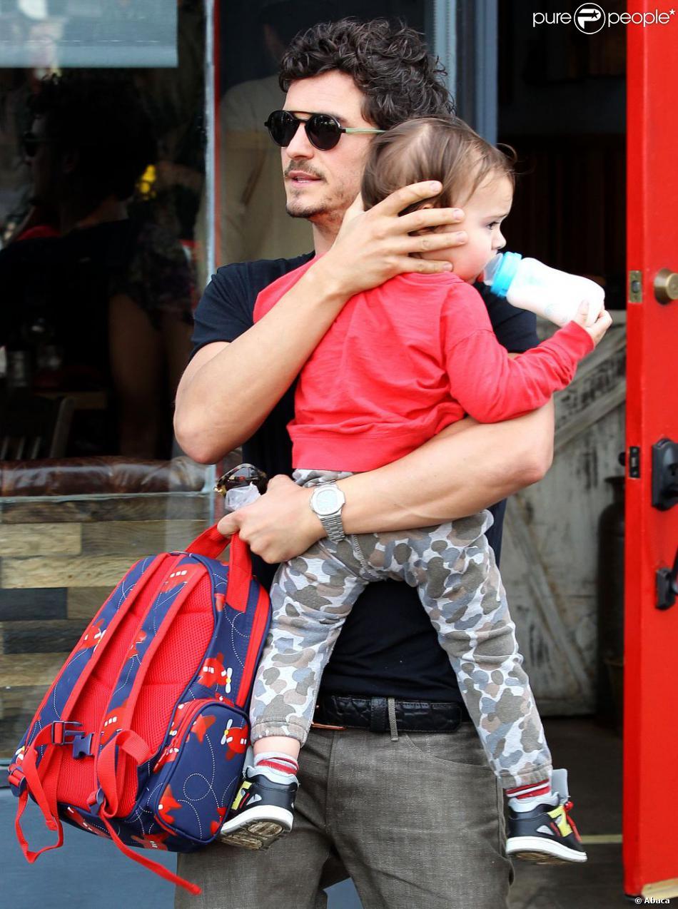 Orlando Bloom quitte le restaurant Son of a Gun avec son fils Flynn dans les bras. Los Angeles, le 1er février 2013.