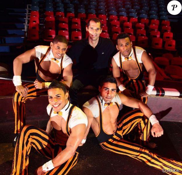 Romain Mesnil, vice champion du monde de saut à la perche avec les Cuba Boys du cirque Arlette Gruss à qui il a fait don de 6 de ses perches pour leur permettre de poursuivre leur spectacle, le 6 février 2013 à Bordeaux
