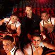 Romain Mesnil en compagnie des Cuba Boys du cirque Arlette Gruss à qui il a fait don de 6 de ses perches pour leur permettre de poursuivre leur spectacle, le 6 février 2013 à Bordeaux