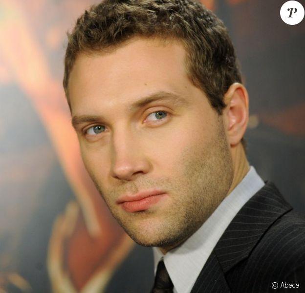 Il a l'assurance d'un grand et un charme ravageur, Jai Courtney lors de la première de Die Hard 5 au AMC Empire 25 Theatre de New York le 13 février 2013.