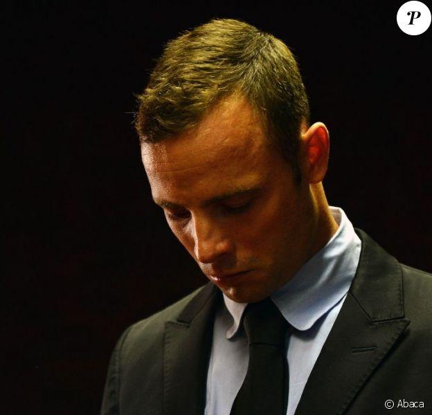 Oscar Pistorius, accusé du meurtre de sa petite amie Rrrva Steenkamp, lors de son second jour d'audience au tribunal de Pretoria le 20 février 2013