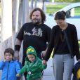 Jack Black et sa femme Tanya emmènent leurs fils Samuel et Thomas à l'école à Los Angeles, le 20 février 2013.