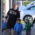 L'acteur Jack Black et sa femme Tanya emmènent leurs fils Samuel et Thomas à l'école à Los Angeles, le 20 février 2013.