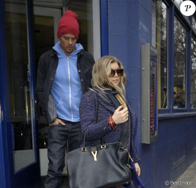 Fergie, enceinte, et son mari Josh Duhamel vont déjeuner dans une pizzeria après avoir fait du shopping à Londres, le 21 février 2013.