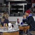 Fergie, enceinte, et son mari Josh Duhamel déjeunent dans une pizzeria après avoir fait du shopping à Londres, le 21 février 2013.