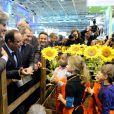 C'est face à ces enfants que le président François Hollande a eu sa petite phrase envers Nicolas Sarkozy, lors de sa visite au 50e Salon de l'Agriculture, à la Porte de Versailles, à Paris, le 23 février 2013.