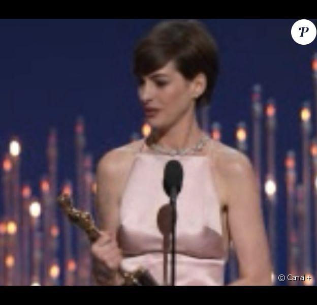 Anne Hathaway a reçu l'Oscar de la meilleure actrice dans un second rôle pour Les Misérables lors de la 85e cérémonie le 24 février