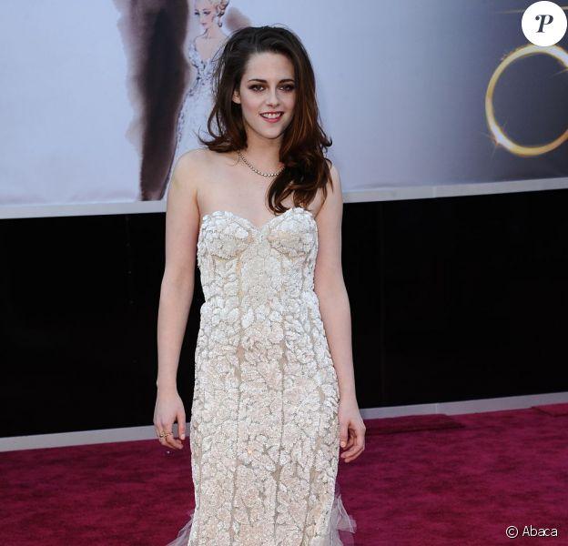Kristen Stewart dans une robe Reem Acra, n'a pas fait d'efforts pour subjuguer les photographes du tapis rouge des Oscars 2013