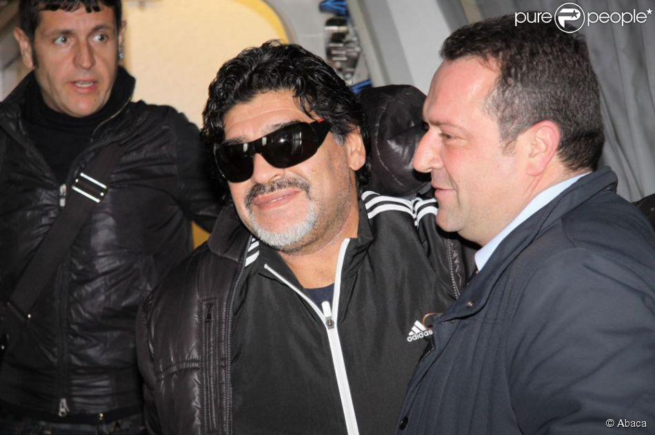 Diego Armando Maradona lors de son arrivée à l'aéroport Fiumicino de Rome le 25 février 2013