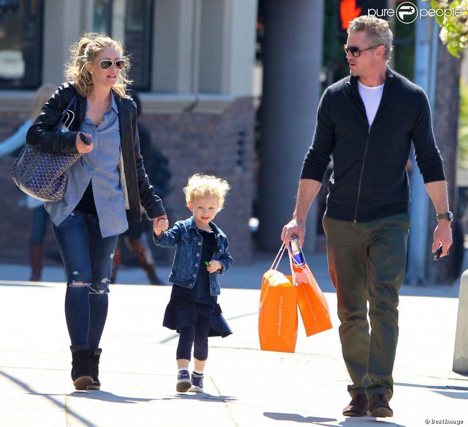 """Rebecca Gayheart et Eric Dane font du shopping avec leur fille Billie au magasin pour bébé """"Eggy"""" de West Hollywood, Los Angeles, le 23 février 2013."""