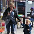 "Rebecca Gayheart et sa fille Billie au magasin ""Eggy"" de West Hollywood, Los Angeles, le 23 février 2013."