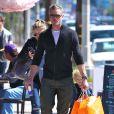 """Eric en compagnie de sa femme Rebecca Gayheart et de leur fille font du shopping au magasin pour bébé """"Eggy"""" de West Hollywood, Los Angeles, le 23 février 2013."""