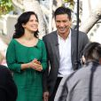Hilaria Thomas, épouse d'Alec Baldwin, et Mario Lopez sur le plateau de l'émission Extra à Los Angeles le 28 janvier 2013