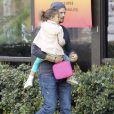Gabriel Aubry est allé chercher sa fille Nahla à l'école à Los Angeles. Le 8 mars 2013. Le papa porte sa fille dans ses bras.