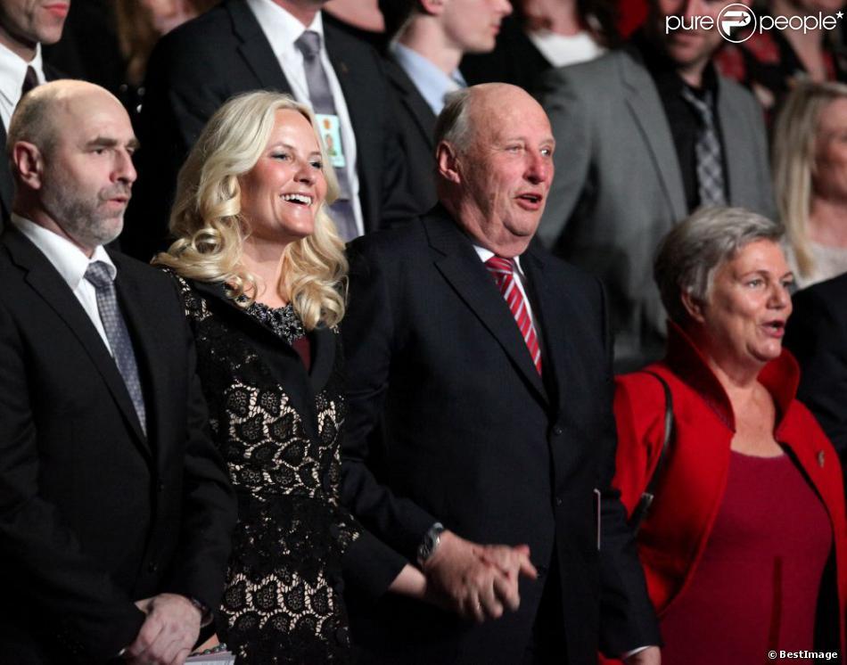La princesse Mette-Marit et le roi Harald de Norvège très complices - Ouverture des célébrations de commémoration du centenaire du droit de vote des femmes à Kristiansand en Norvège, le 8 mars 2013.