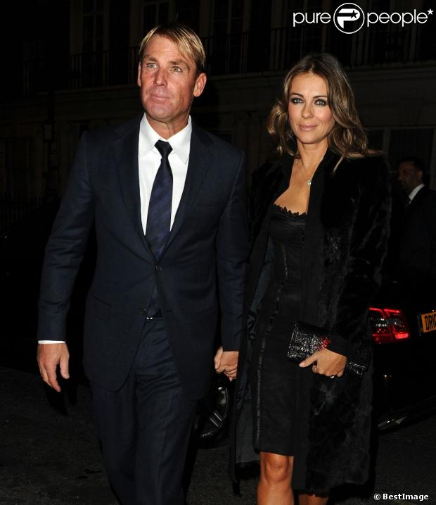 elizabeth hurley ultraglamour en tenue de soir e pour son homme shane warne. Black Bedroom Furniture Sets. Home Design Ideas