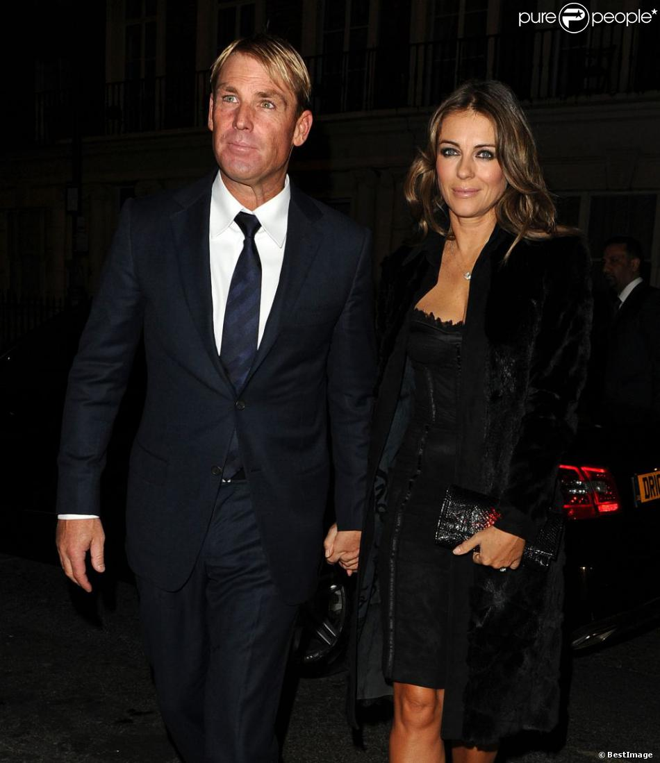 elizabeth hurley ultraglamour en tenue de soir e pour son homme shane warne purepeople. Black Bedroom Furniture Sets. Home Design Ideas