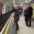 Geri Halliwell a pris grand plaisir dans le métro londonien, le 13 mars 2013.