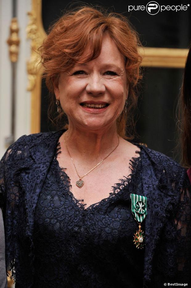 Eva Darlan après avoir reçu la médaille de chevalier de l'Ordre des Arts et Lettres par la ministre de la Culture, Aurelie Filippetti durant une cérémonie dans les salons du ministère de la Culture à Paris le 21 novembre 2012.