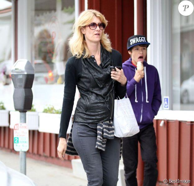 Laura Dern et son fils Ellery Harper se promènent à Brentwood, le 18 mars 2013.