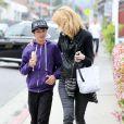 Laura Dern se promène dans les rues de Brentwood avec son fils Ellery, le 18 mars 2013.