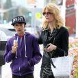 Laura Dern avec son fils Ellery Harper dans les rues de Brentwood, le 18 mars 2013.