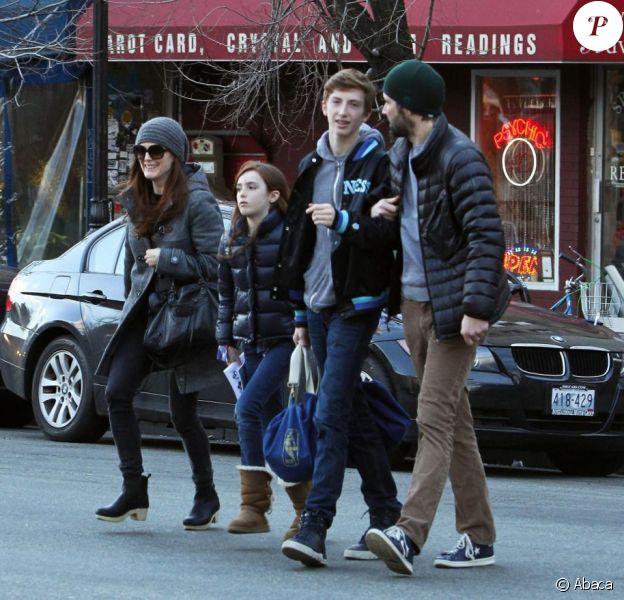 Julianne Moore en compagnie de son mari Bart Freundlich et leurs enfants Liv Helen et Caleb, pour un déjeuner au Bar Pitti, West Village, New York, le 23 mars 2013.