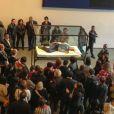 Tilda Swinton endormie sous le regard des curieux au MoMa à New York, le 23 mars 2013.