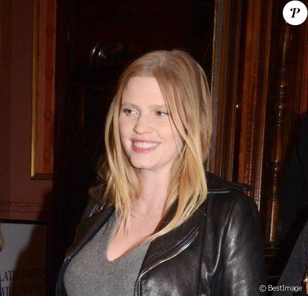 Lara Stone, enceinte, assiste à l'avant-première de la pièce de théâtre Peter and Alice au Noel Coward Theatre. Londres, le 25 mars 2013.