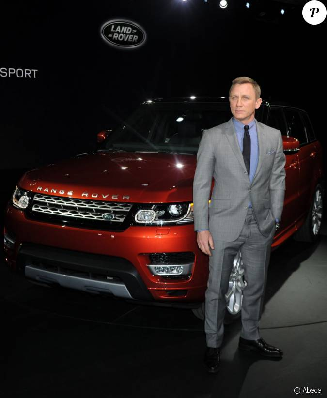 daniel craig devant le nouveau range rover sport un. Black Bedroom Furniture Sets. Home Design Ideas