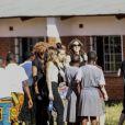 Rocco et Lourdes accompagnent leur mère et leurs jeunes frères et soeurs David et Mercy visiter l'orphelinat de Mchinji où David a été adopté. Au Malawi, le 3 avril 2013.