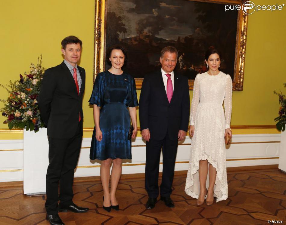 Le prince Frederik et la princesse Mary de Danemark posant avec le président de la Finlande Sauli Niinistö et son épouse Jenni Haukio lors des arrivées au palais Moltke (Christian VII) le 5 avril 2013 pour le dîner ponctuant leur visite d'Etat.