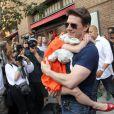 Tom Cruise sort de son hôtel new-yorkais avec sa fille Suri devant une flopée de paparazzi, en juillet 2012.