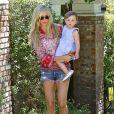 Kimberly Stewart et Delilah, dans les rues de Los Angeles, le 20 avril 2013. La jeune fille, née de la brève relation de sa mère avec Benicio Del Toro, faisait ses premiers pas.