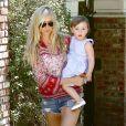 Kimberly Stewart et sa fille Delilah, dans les rues de Los Angeles, le 20 avril 2013. La jeune fille, née de la brève relation de sa mère avec Benicio Del Toro, faisait ses premiers pas.